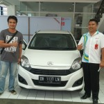 Foto Penyerahan Unit 1 Sales Marketing Mobil Dealer Daihatsu Ruben