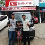 Foto Penyerahan Unit 1 Sales Marketing Mobil Dealer Daihatsu Samarinda Daniansyah