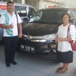 Foto Penyerahan Unit 2 Sales Marketing Mobil Dealer Daihatsu Ruben