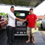 Foto Penyerahan Unit 2 Sales Marketing Mobil Dealer Mobil Daihatsu Palangkaraya Vanly
