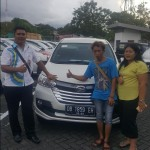 Foto Penyerahan Unit 3 Sales Marketing Mobil Dealer Daihatsu Ruben