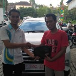 Foto Penyerahan Unit 2 Sales Marketing Mobil Dealer Daihatsu Robby